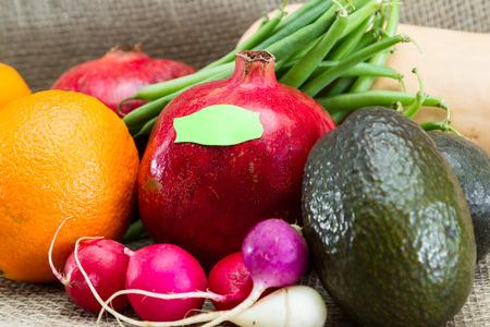 Frisches Obst und Gemüse für ein Konzept zur Etikettierung GVO vrs Bio-Lebensmittel Standard-Bild - 35903101