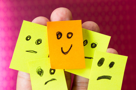 紙で楽観的な概念に幸せな良い態度で複数の指の 1 つに直面しています。 写真素材 - 36378525