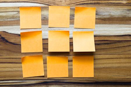 todo: notes d'orange collantes sur une table en bois pour un concept bureau de todo Banque d'images