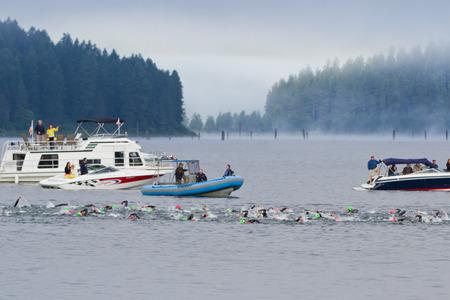 Coeur d Alene - JUNE 23: Konkurrenten für die Ironman Triathlon Schwimmen am frühen Morgen des 23. Juni 2013 in Coeur d 'Alene Idaho