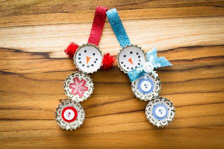 reciclar: lindo mano hizo recicla adornos de Navidad en una mesa de madera