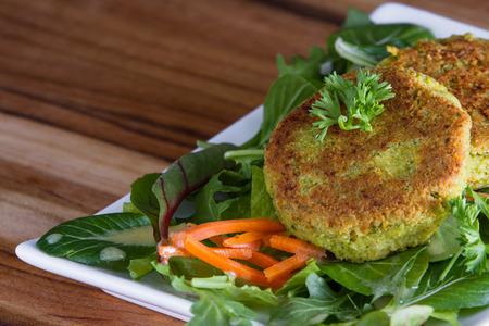 falafels la parrilla servido con una ensalada verde fresca con los verdes micro orgánicos Foto de archivo