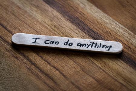 helados con palito: Primer plano de un mensaje escrito a mano en un palo de helado como un nuevo concepto de autoestima Foto de archivo