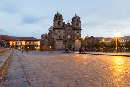 Cusco, Peru - 13 mei: De mooie Cusco Cathedral gefotografeerd met een langzame sluitertijd om beweging in mensen en gloeiende lichten tonen. 13 mei 2016, Cusco Peru.