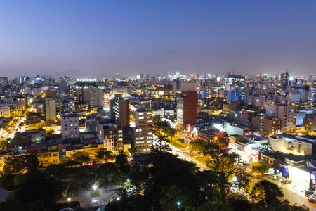 리마 페루 -5 월 10 일 : 호텔 및 아파트 태양 세트, 리마와 조명으로 Miraflores 도시의 황혼보기. 5 월 10 2016 Miraflores, 리마 페루.