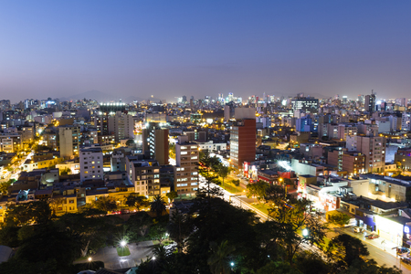 Lima Peru - May 10 : Twilight view of the city of Miraflores with hotels and apartments lighting up as the sun sets, Lima. May 10 2016 Miraflores, Lima Peru. Foto de archivo