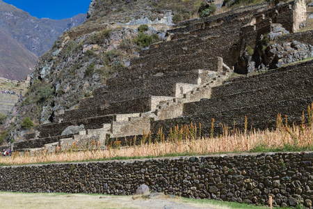 Fortaleza De Roca Con Terrazas De Cultivo Construidas En