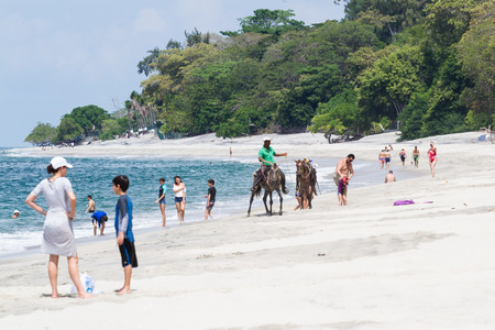 guia turistico: Santa Clara, Panamá-12 junio: guía turístico de playa que ofrece excursiones a caballo locales en Panamá. 12 junio de 2016, Santa Clara, Panamá. Editorial