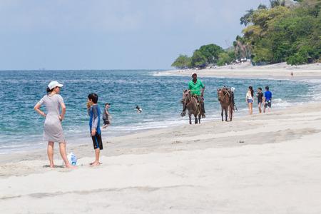guia de turismo: Santa Clara, Panamá-12 junio: guía turístico de playa que ofrece excursiones a caballo locales en Panamá. 12 junio de 2016, Santa Clara, Panamá. Editorial