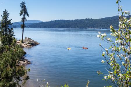 Coeur d'Alene, Idaho - 20 avril: Les kayakistes profitent d'une belle journée d'été, photo prise à Tubs Hill. 20 avril 2016 Coeur d'Alene, Idaho. Banque d'images - 71434285