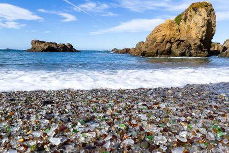 カラフルなガラス小石ブランケット フォート ブラッグにこのビーチ、ビーチは年前にごみ捨て場として使用された、自然がガラスの下落しそれに観