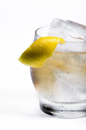vaso de precipitado: refreshing scotch and soda served on the rocks with a lemon twist isolated on a white background