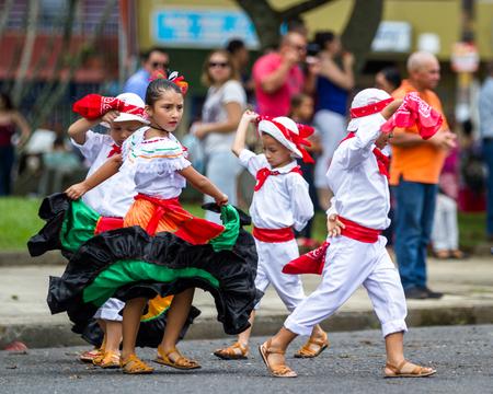 어린이 전통적인 의류와 춤 코스타리카에서 독립 하루를 축 하합니다. 에디토리얼