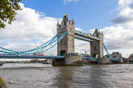 London - 05. September 2019: Kultiger Doppeldecker über die Tower Bridge, London 05. September 2019