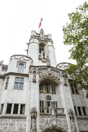 London - 06. September 2019: Gebäude des Obersten Gerichtshofs am Parlamentsplatz mit schöner Fassade und interessanten Skulpturen, London 06. September 2019