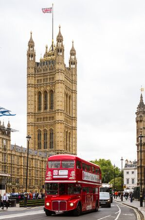 London  - September 06 2019: Iconic double decker bus touring Houses of Parliament, London September 06,  2019 Redactioneel