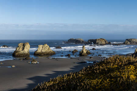 Beautiful morning in Face Rock State Park, Bandon Oregon with the sunlight catching the waves adding highlights to the scene Foto de archivo