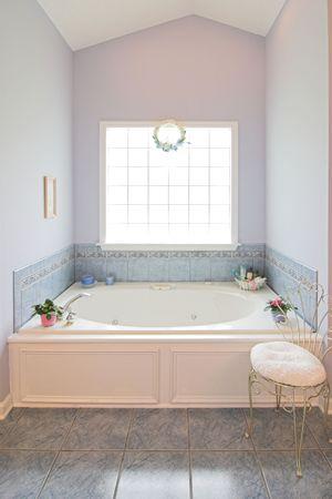 Luxus badezimmer mit whirlpool  Einfacher Luxus-Badezimmer Mit Whirlpool-Badewanne Und Fenster ...