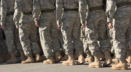 najechać: buty żołnierzy maszerujących w szyku