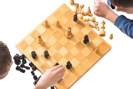 dos niños jugando ajedrez, las piezas en posición de jaque mate  Foto de archivo - 2167591