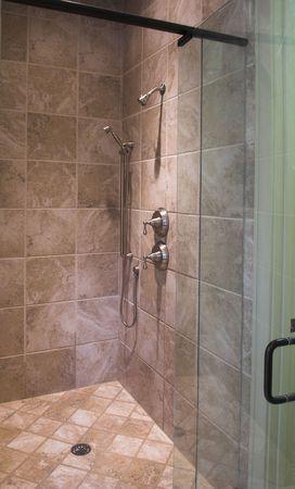 desague: ducha de lujo de azulejos y baldosas con puerta de vidrio