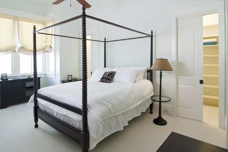 네 개의 포스터 침대가있는 고전적인 침실 스톡 콘텐츠