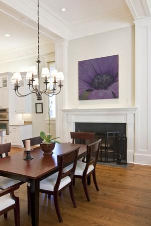 벽난로 부엌을 찾아 아름 다운 diningroom