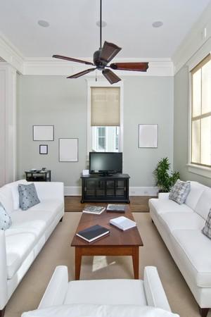 흰색 가구가있는 매우 현대적인 거실 스톡 콘텐츠