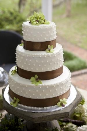 boda pastel: pastel de bodas y boquets en la tabla