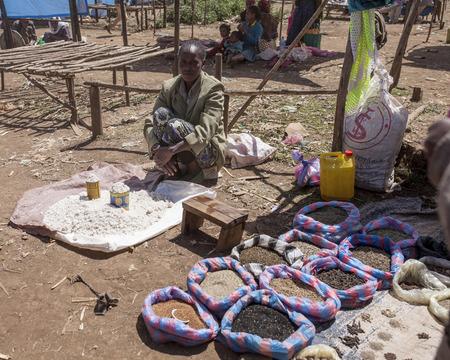 OROMIA, ETHIOPIA-NOVEMBER 5, 2014: An unidentified merchant sells spices and salt in a village in Oromia, Ethiopia. 新闻类图片