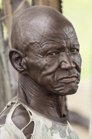 ontbering: PANWELL, ZUID-SUDAN-2 november 2013: Een onbekende man in het dorp Panwell, Zuid-Soedan draagt de uitdrukking van een leven vol ontberingen. Redactioneel