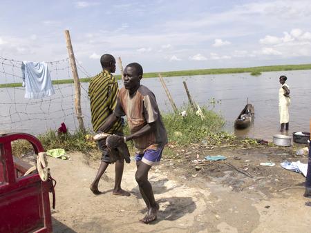 white nile: BOR, SUD�N DEL SUR-26 de junio 2012: lances pescador no identificados siluro del r�o Nilo, en Sud�n del Sur Editorial