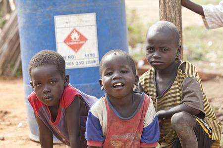Torit, Zuid-Soedan-21 februari 2013: De niet geïdentificeerde jongens spelen buiten in het dorp Torit, Zuid-Soedan