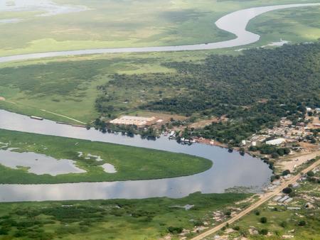 Luchtfoto van de rivier de Nijl en de stad in Zuid-Soedan
