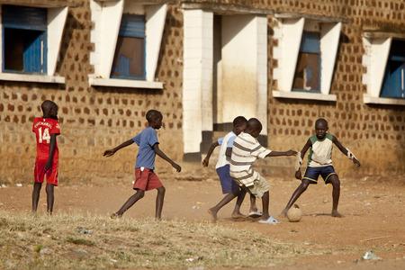 niños pobres: Torit, SUR Sudán- 20 de febrero 2013: Los niños no identificados juega al fútbol en un pueblo en el sur de Sudán