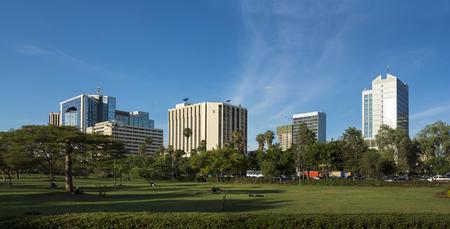 the national flag of kenya: panorama de la zona del centro de Nairobi, Kenia Foto de archivo