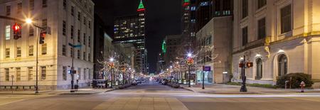 Panoramisch uitzicht van het centrum van Raleigh, North Carolina 's nachts vanaf de straat Stockfoto