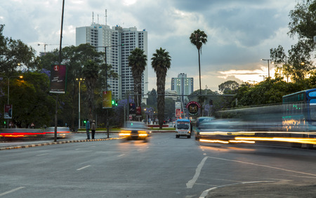 나이로비, 케냐 -2011 년 11 월 8 일 : 일몰시 나이로비, 케냐의 시내 중심을 통해 교통 이동합니다.