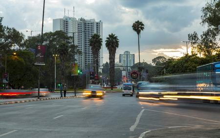 NAIROBI, 8 DE NOVIEMBRE DE KENIA-, 2015: El tráfico se mueve a través del centro de la ciudad de Nairobi, Kenia al atardecer.