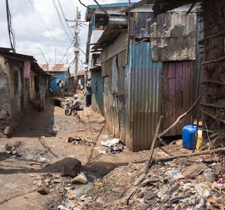 NAIROBI, KENYA- 7 november 2015: De niet geïdentificeerde mensen in extreme armoede leven in Kibera, de grootste stedelijke sloppenwijk van Afrika
