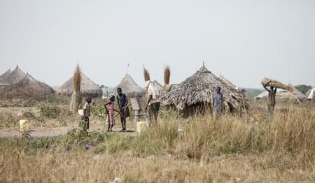 MANGALLA, SOUTH SUDAN-1. Dezember 2010: Nicht identifizierte Leute ziehen Wasser aus einem Brunnen entlang der Juba, Bor Straße in Süd-Sudan Standard-Bild - 61758028