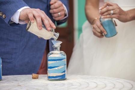 feier: Hände Gießen Sand während Sand Zeremonie