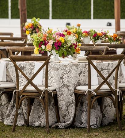 Faible angle de tables prédisposé pour la réception de mariage Banque d'images - 67643962
