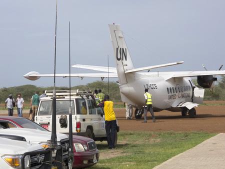 BOR, 남유럽 -6 월 26, 2012 : 노동자 남유럽에서 음식 원조와 유엔 비행기를로드
