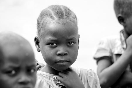 TORIT, ZUID SUDAN-20 FEBRUARI 2013: Een onbekend meisje in het dorp Torit, Zuid-Sudan. Honger en geweld is een constant probleem in deze regio.