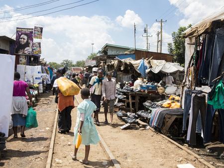 KIBERA, KENIA NOVEMBER 7, 2015: Niet-geïdentificeerde mensen gaan over zaken in de markt in Kibera, de grootste stedelijke krottenwijk in Afrika Redactioneel