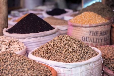 에티오피아 시장에서 녹색 커피와 향신료의 자루 스톡 콘텐츠