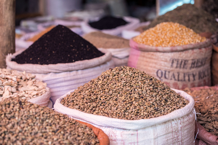 Zakken groene koffie en specerijen op de Ethiopische markt Stockfoto