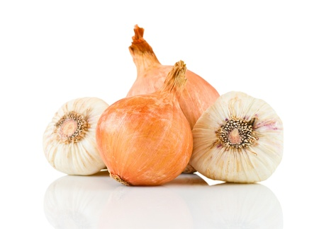 onion isolated: Ajo y cebolla aisladas sobre fondo blanco Foto de archivo