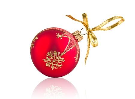 adornos navideños: Bola roja decoración de Navidad aislado sobre fondo blanco Foto de archivo
